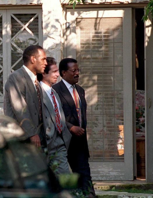 Murder defendant O.J. Simpson (L) walks with his fri