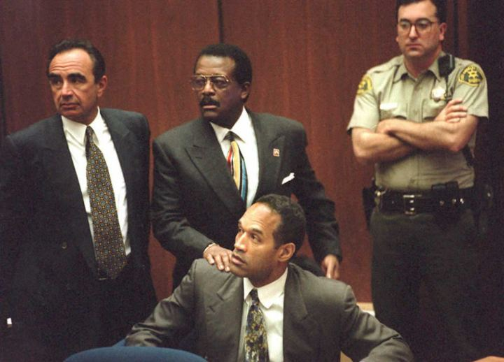Defense attorney Johnnie Cochran Jr. (C) puts his